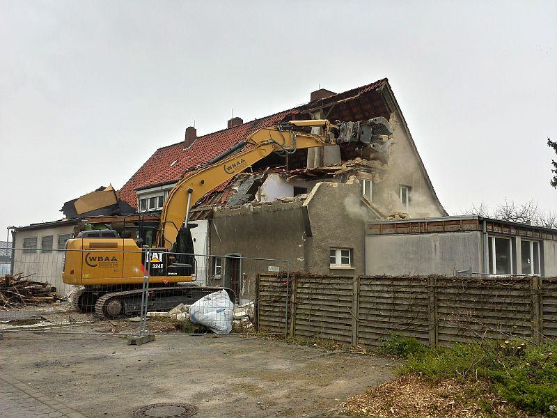 Der Abbruchbagger nagt am Feuerwehrgerätehaus Rünthe. (Foto: Feuerwehr Rünthe)