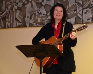 Mona Lichtenhof begleitete den Frauentag musikalisch.