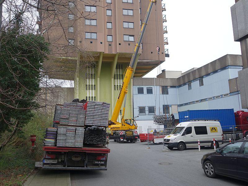 Auf dem Andienungshof an der Sparkasse wird das Gerüst für den Wohnturm in Einzelteilen geliefert.