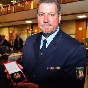 Wehrführer Dietmar Luft mit der höchsten Feuerwehrauszeichnung des Landes.