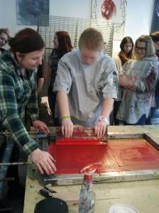 Schüler der Realschule Oberaden lernen die Kunst des Siebdrucks.