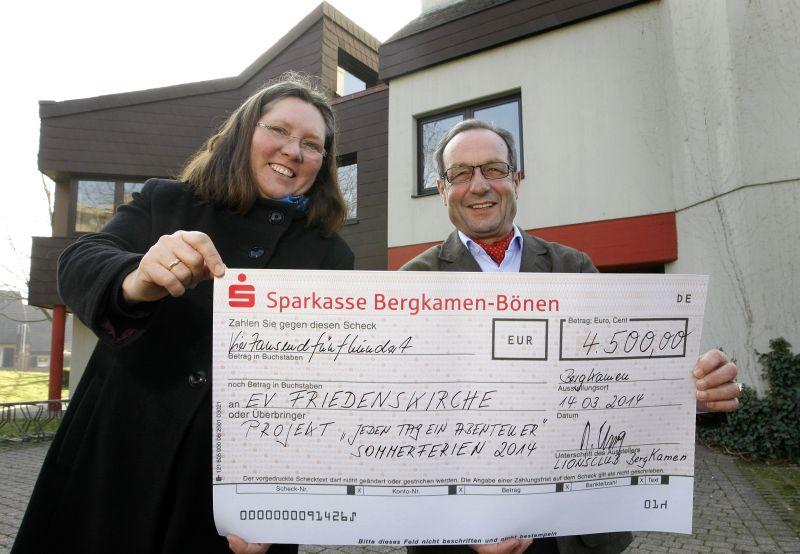 Foto: Pfarrerin Ursula Goldmann freut sich über den Scheck von Lions-Präsident Reinhard Krause