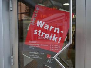 Dass im öffentlichen Dienst gestreikt wurde, war am Rathaus vor allem durch dieses Plakat zu erkennen.
