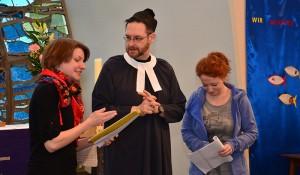 Zwei Engel und ein Geistlicher: Bei den Proben muss noch der Text mit auf die Altar-Bühne.