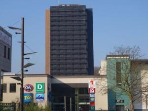 Der Wohnturm trägt Trauer, jedenfalls wenn man vom Rathaus auf ihn schaut.