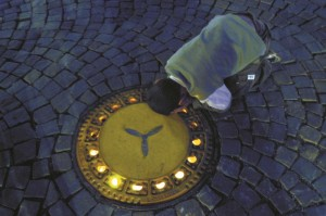 Lichtkunst unter Gullydeckeln. Dieses Kunstwerk von Rochus Aust in der Bergkamener Fußgängerzone