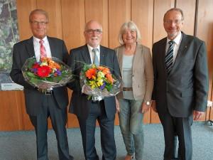 Blumen gab es nochmal zum  Abschied (v.l.): Karl-Heinz Heermann, Horst Mecklenbrauck, Angelika Mecklenbrauck und Bürgermeister Roland Schäfer.