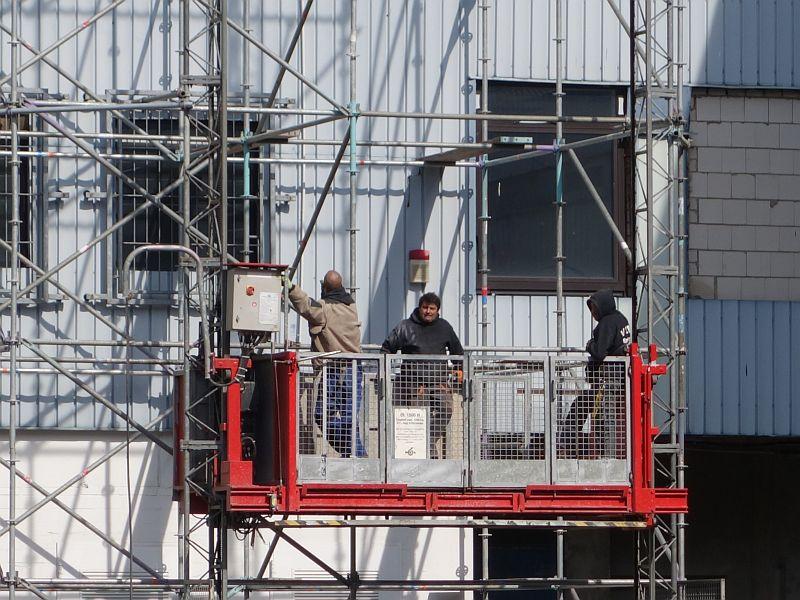 Stück für Stück wird der Wohnturm abgerissen und nach unten transportiert.