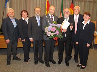 Horst Mecklenbrauck (3.v.r.)wurde mit der Ehrenmedaille der Stadt Bergkamen ausgezeichnet