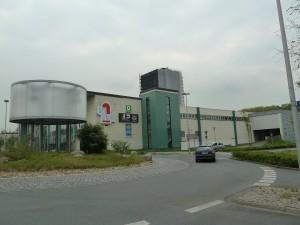 Das Parkhaus (rechts) befindet sich in der Nähe des Busbahnhofs. Ein- und Ausfahrt befinden sich in der Hubert-Biernat-Straße.