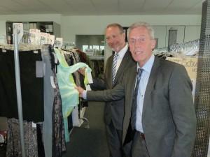 Geschäftsführer Michael Schnaase und Bürgermeister Roland Schäfer im Bereich der Designer,.