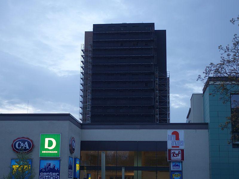 Der Bergkamener Wohnturm in der Abenddämmerung.