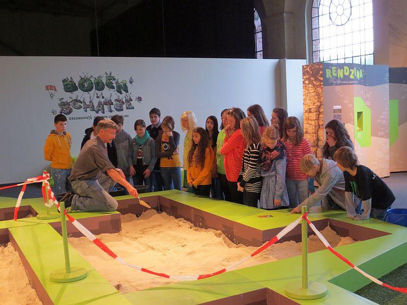 Wie funktioniert Archäologie? Antworten fanden Schüler der Realschule Oberaden im MaxiPark Hamm.