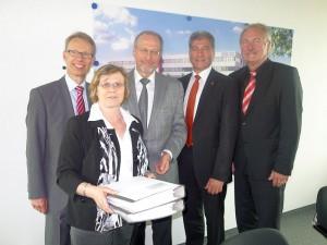 Bauingenieurin Ulrike Gellermann übergibt den Bauantrag im Bergkamener Rathaus. Die Herren von links: Dr. Michael Dannebom, Roland Schäfer, Roland Klein und Dr. Hans-Joachim Peters.
