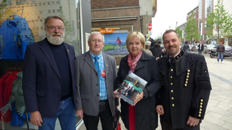 Das Foto zeigt v. l.: Willi Null, Peter Schedalke, Hannelore Kraft und Volker Wagner