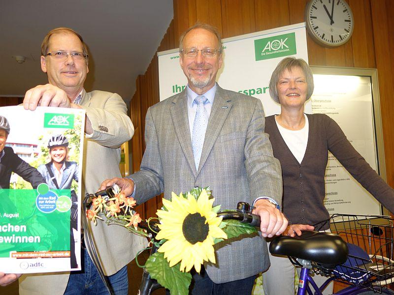 """Ab 1. Juni heißt es wieder """"Mit dem Rad zur Arbeit"""" (v.l.): Fahrradbeauftragter Hans Irmisch, Bürgermeister Roland Schäfer und Regina Faß von der AOK."""