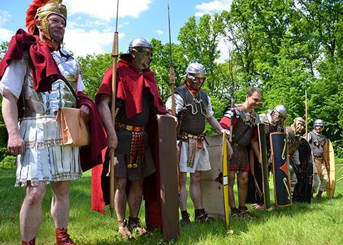 Aufstellung nahmen die Legionäre und Auxiliare zum Aufmarsch vor der Holz-Erde-Mauer ein.