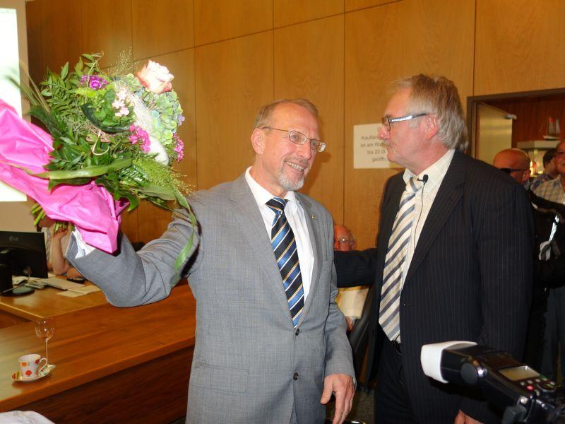 Wahlleiter Dr. Hans-Joachim Peters (r.) gratuliert dem alten und neuen Bergkamener Bürgermeister Roland Schäfer.