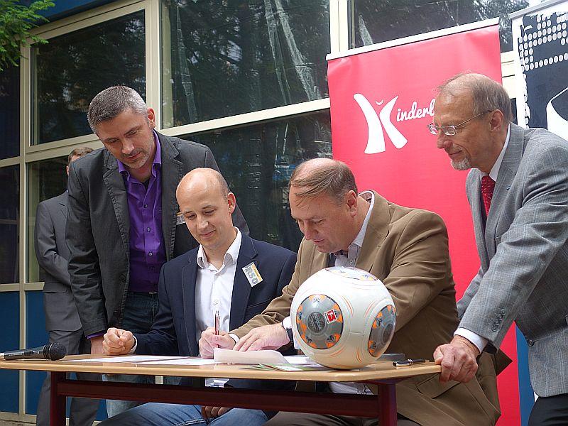 Unterschrift unter den DFB-Vertrag (v.l.) Schulleiter Godehard Stein, Konrektor Jörg Lange, Holger Belling und Bürgermeister Roland Schäfer.