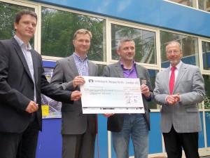 Scheckübergabe (v.l.): Andreas Hellmich (GWA), Marc Affüpper, Goedhard Stein und Bürgermeister Roland Schäfer.
