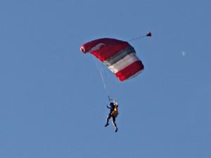 Einer der drei Waghalsigen des Vereins für Fallschirmsport Marl in luftiger Höhe über der Marina Rünthe.