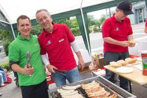 Im vergangenen Jahr standen die Chefs – Simon Born (l.) von AuK Alten- und  Krankenpflege und Frank Klesz (M.) von der Sonnen-Apotheke – erstmals zusammen am  Grill,