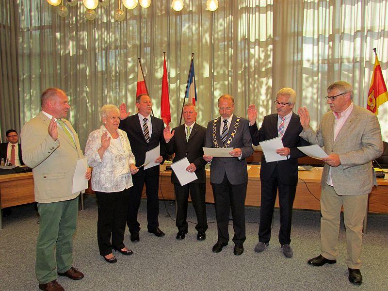 Bürgermeister Roland Schäfer vereidigte die wiedergewählten Ortsvorsteher.