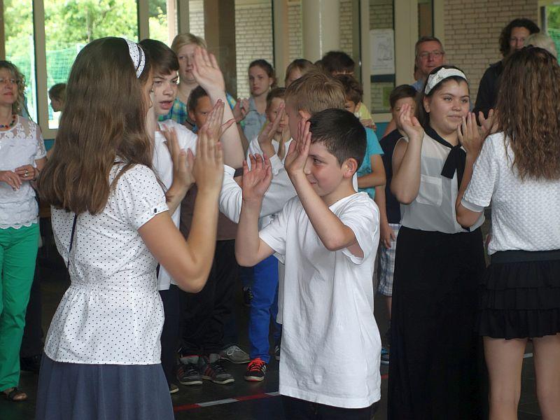 Die Realschule Oberaden bringt natürlich nicht nur Fußball in Bewegung, sondern auch Square-Dance.