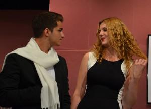 Angenehmer Einsatz: Baris Böhmer hat als Regisseur auf der Bühne mit hübschen Starletts zu tun.