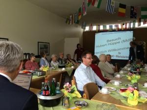 Hubert Hüppe (ganz vorne links) besuchte Seniorenzentren der AWO. Foto: CDU Bürgerbüro