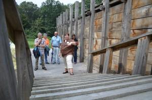 Aufstieg auf die Rekonstruktion der  Holz-Erde-Mauer.