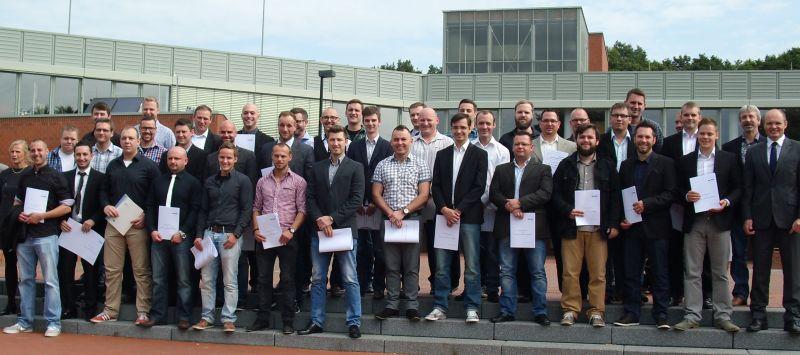Die erfolgreichen Teilnehmer der Fachschule für Technik am Berufskolleg des TÜV Nord in Weddinghofen