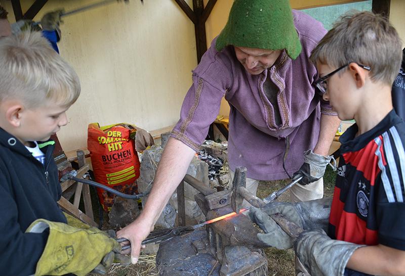 Gemeinschaftsarbeit sind die Messer, die in der historische Schmiede entstehen.