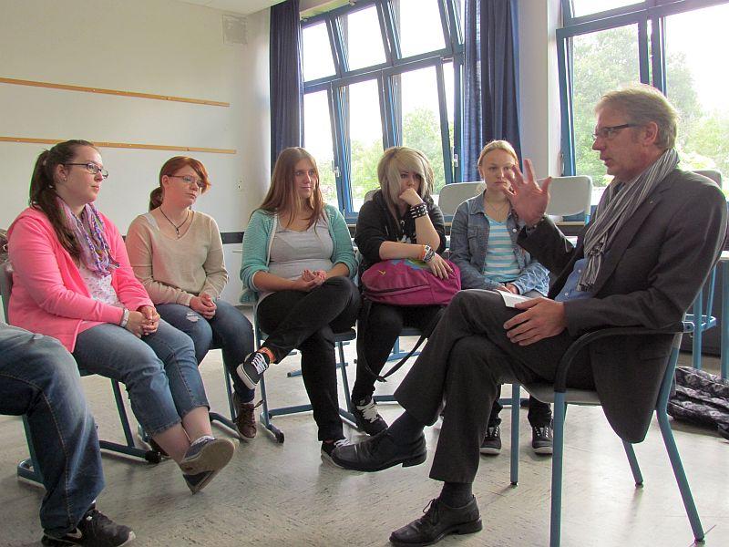 Michael Blumrich vom Lions Club BergKamen informiert über die Berufe in einen Steuerberatungsbüro.