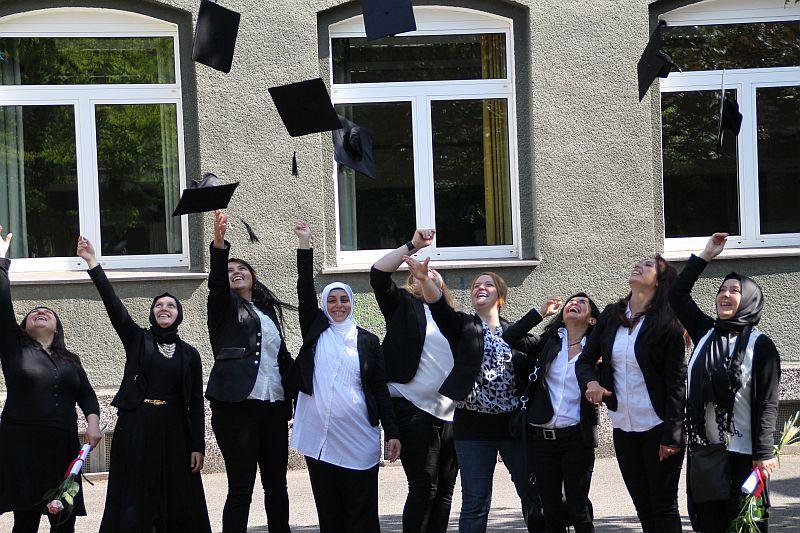 Die glücklichen Teilnehmerinnen feierten den erfolgreichen Abschluss des Rucksack-Programms mit einem Doktorhut. Fotos: Kreis Unna