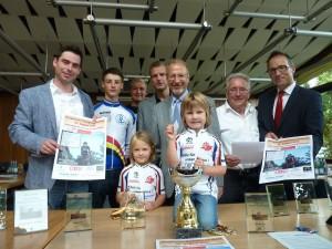 Nahmen die Auslosung beim Mix-Rad-Biathlon vor – (v.li.) Timm Jonas (GSW), Jan Tschernoster, Timo Göke (RSV), Karsten Rockel (Stadtmarketing), Roald Schäfer (Bürgermeister), Reinhold Böhm (RSV), Michael Krause (Sparkasse Bergkamen). Vorne die beiden Kids Rieke und Nina, die die Lose zogen. Foto: sport-kreisunna.de