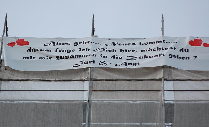 Die Frage aller Fragen auf 6 mal 1,50 Metern an der Abbruch-Spitze des City-Turms. Einen Tag lang bleibt sie hängen.