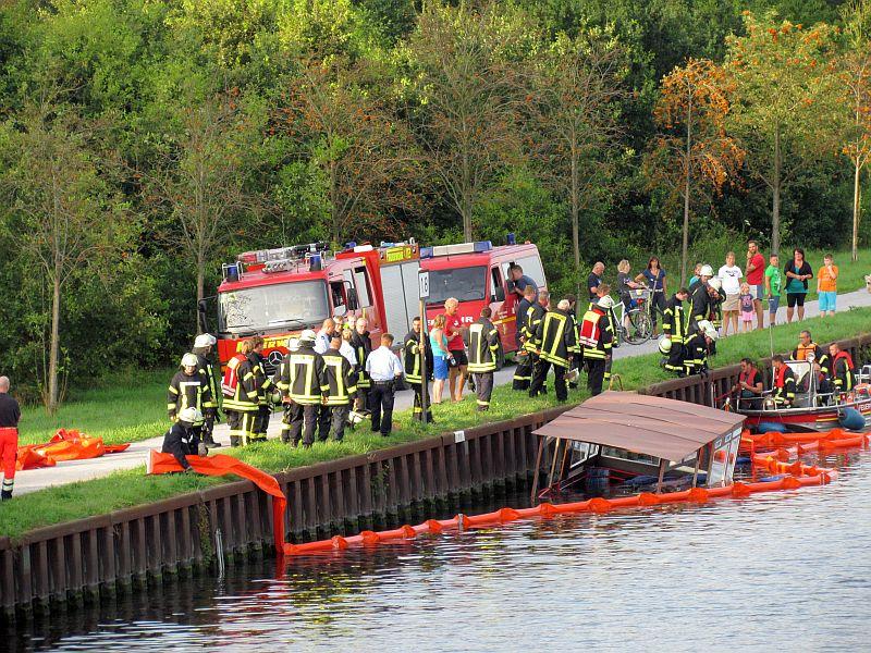 Mit einer Ölsparre verhinderten die Bergkamener Feuerwehrleute, dass größeren Mengen an Treibstoff nach dem Schiffsuntergang in das Kanalwasser gelangen konnten.