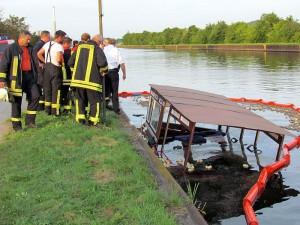 Die Kreispolizei und die Wasserschutzpolizei nahmen die Ermittlungen auf. Dabei wurden sie auch von den Feuerwehrleuten informiert.