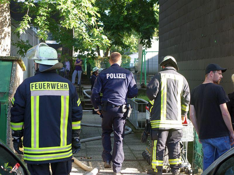 Rund 50 Feuerwehrleute der Löschgruppen Mitte, Weddinghofen und Oberaden, zwei Rettungswagen, der Notarzt und Polizeibeamte waren am Mittwochmorgen an der Louise-Schröder-Straße im Einsatz gewesen.