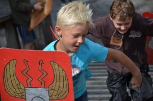Wie die Römer mit Schild im Einsatz auf der Holz-Erde-Mauer.