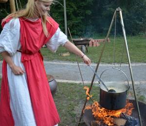 Lecker: Über dem Feuer brodelt und duftet es.