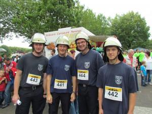 Die kleine, ab schlgkräftige Gruppe der Bergkamener Feuerwehr lief mit Helm.