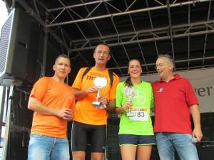 Pokale für die Schnellsten: Dirk Orlowski (2.v.l.) und Carolin Dihr.
