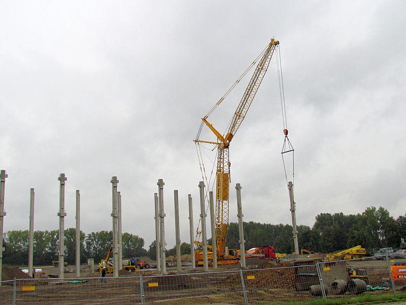 Die bis zum 20 Meter hohen Betonträger werden fertig angeliefert und auf die bereits gegossenen Fundamente gesetzt.