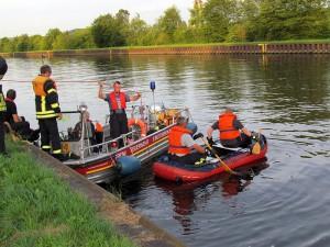 Bei den Sicherungsarbeiten setzte die Feuerwehr neben dem Feuerwehrboot aus Rünthe auch ein Schlauchboot ein.