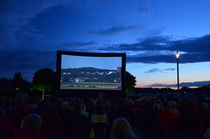 Toller Film vor wunderschönem Abendhimmel beim Open Air Kino in der Marina Rünthe.
