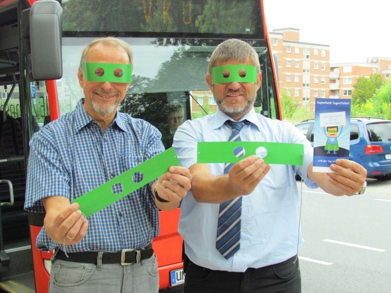 Bürgermeister Roland Schäfer und Andreas Feld werben für das Tagesticket.