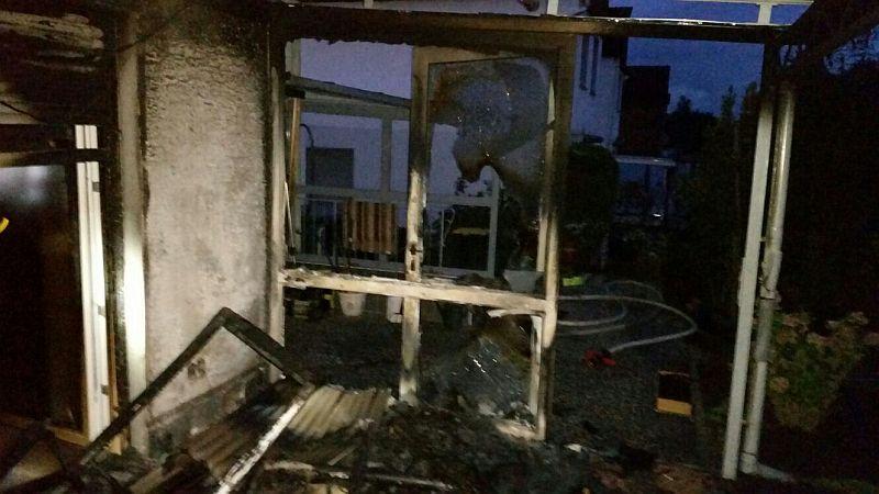 Ein Bild der Verwüstung bot sich nach dem Brand auf der Terrasse an der Brandenburger Straße. Die Polizei hat die Ermittlungen aufgenommen.