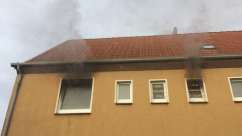Schwarzer Rauch quillt aus den Fenster einer Wohnung an der Lasallestraße. De 47-jährige Bewohner schwebt in Lebensgefahr. Foto: Feuerwehr Bergkamen